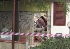IL VIDEO,Terrasini, crolla il tetto di una casa: i pompieri salvano un settantenne