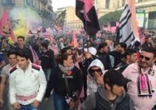 Palermo in serie A, la festa dei tifosi al Politeama